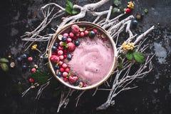 Bacia do batido de Acai com mirtilo, Rapsberry, Chia Seeds For Healthy Breakfast fotografia de stock