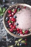 Bacia do batido de Acai com mirtilo, Rapsberry, Chia Seeds For Healthy Breakfast foto de stock
