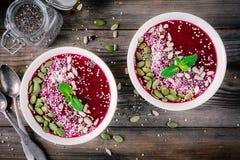 Bacia do batido de Acai com sementes do chia, coco, sementes de abóbora, quinoa, sementes de girassol e hortelã Imagem de Stock Royalty Free