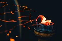 Bacia do cachimbo de água com área e resto de fumo caloroso de carvões quentes com sparkles vermelhos fotografia de stock royalty free