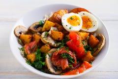Bacia do café da manhã do salmão fumado com ovo, batatas, cogumelos e arroz imagem de stock royalty free