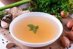 Bacia do caldo vegetal Caldo, caldo, sopa clara em um grande close-up branco da bacia foto de stock