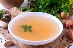 Bacia do caldo vegetal Caldo, caldo, sopa clara em um grande close-up branco da bacia imagem de stock