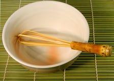 A bacia do chá e whisk Fotos de Stock