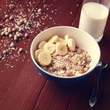 Bacia do Granola com banana, passas e o close up nuts Imagem de Stock Royalty Free