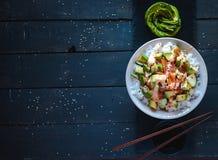 Bacia do sushi do rolo de Califórnia no fundo escuro, vista superior imagens de stock royalty free