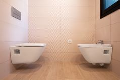 Bacia e bidê modernos de toalete fotografia de stock royalty free
