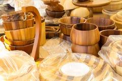Bacia e cerâmica feitas pela madeira para o kitchenware Imagem de Stock
