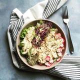 Bacia e forquilha saudáveis de salada Fotografia de Stock