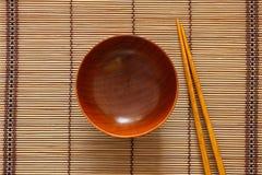 Bacia e hashis de madeira vazios Imagem de Stock