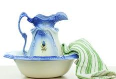 Bacia e toalha da água Imagens de Stock Royalty Free