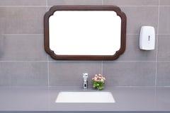 Bacia em um banheiro moderno Imagem de Stock