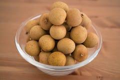 A bacia encheu-se com um fruto do Longan do Dimocarpus do montão Imagem de Stock Royalty Free