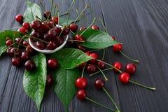 Bacia fresca das cerejas na madeira branca Imagem de Stock Royalty Free