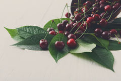 Bacia fresca das cerejas na madeira branca Imagem de Stock