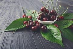 Bacia fresca das cerejas na madeira branca Imagens de Stock Royalty Free