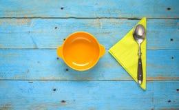 Bacia, guardanapo e colher de sopa Fotografia de Stock Royalty Free