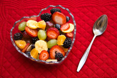 Bacia Heart-Shaped de fruta fotos de stock royalty free