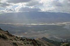 Bacia má da opinião de Dante - o Vale da Morte Califórnia da água Foto de Stock