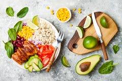 Bacia mexicana caseiro do burrito da galinha com arroz, feijões, milho, tomate, abacate, espinafre Bacia do almoço da salada do t foto de stock