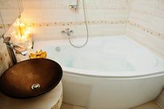 Bacia moderna no banheiro com velas ardentes Foto de Stock