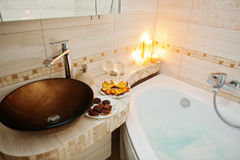 Bacia moderna no banheiro com velas ardentes Fotografia de Stock