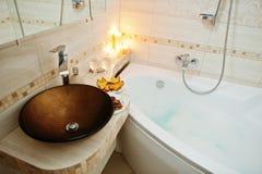 Bacia moderna no banheiro com velas ardentes Foto de Stock Royalty Free