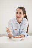 Bacia moreno bonita comer de cereal Imagens de Stock Royalty Free