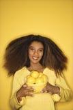 Bacia nova da terra arrendada da mulher do African-American de limões. Foto de Stock Royalty Free