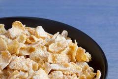 Bacia preta com os flocos geados do cereal Foto de Stock