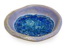 Bacia redonda azul, cerâmica, feito a mão No vidro quebrado inferior w foto de stock