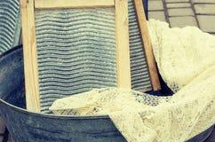 Bacia retro velha da pelve da antiguidade dos objetos para lavar a lavanderia e a placa de lavagem, efeito retro do estilo da ima Fotografia de Stock Royalty Free