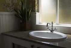 Bacia retro velha da torneira de água no banheiro moderno Imagens de Stock
