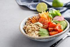 Bacia saudável de buddha com galinha, quinoa e os legumes frescos fotografia de stock royalty free