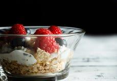 Bacia saudável do café da manhã com framboesas e mirtilos Fotografia de Stock Royalty Free