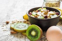 Bacia saudável do café da manhã de farinha de aveia caseiro com frutos, bagas, porcas e ovo Fotos de Stock