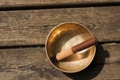 Bacia tibetana na tabela de madeira Imagens de Stock