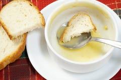 Bacia vazia de sopa com pão e colher na bacia Imagens de Stock Royalty Free