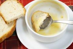 Bacia vazia de sopa com pão e colher na bacia Imagem de Stock Royalty Free