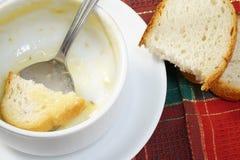Bacia vazia de sopa com pão e colher na bacia Fotos de Stock