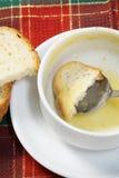 Bacia vazia de sopa com pão e colher na bacia Foto de Stock