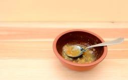 Bacia vazia de sopa com uma colher em uma tabela de madeira Imagens de Stock