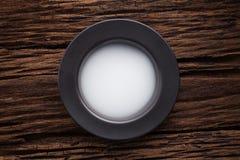 Bacia vazia preta no fundo de madeira da tabela Fotos de Stock