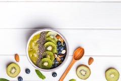 Bacia verde do batido com as sementes do quivi, do mirtilo e do chia Imagem de Stock