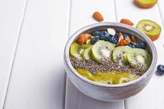 Bacia verde do batido com as sementes do quivi, do mirtilo e do chia Fotografia de Stock