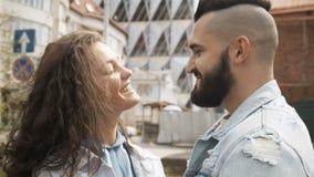 Baciando le giovani coppie con gli occhi chiusi stock footage