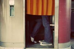 Baciando nella cabina della foto Fotografie Stock