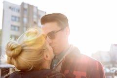 Baciando sulla via fotografie stock libere da diritti