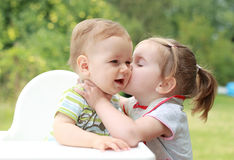 Baciare dei bambini Fotografie Stock Libere da Diritti