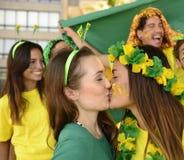 Baciare dei fan di calcio della donna Fotografia Stock